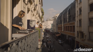Bob Sinclar sorprende a los Parisinos pinchando desde lo alto de un balcón del Sur de Paris.